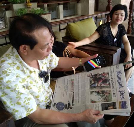 Đồng chí Nông Thụy Sỹ - Tổng Biên tập Báo Yên Bái nghiên cứu tờ Bangkok Post. (Ảnh: Đình Tứ)