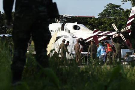 Chuyển nạn nhân từ xe cấp cứu lên trực thăng để về bệnh viện. Cho đến nay vẫn chưa thấy bất kỳ hình ảnh nào về những cậu bé được đưa ra khỏi hang Tham Luang.