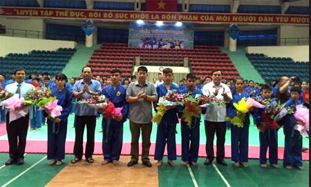 Ban tổ chức Giải võ Vovinam các câu lạc bộ tỉnh Yên Bái năm 2018 tặng hoa cho các đoàn tham dự.