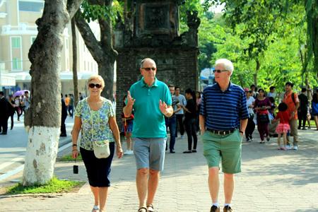 Du khách tại phố đi bộ Hồ Gươm.