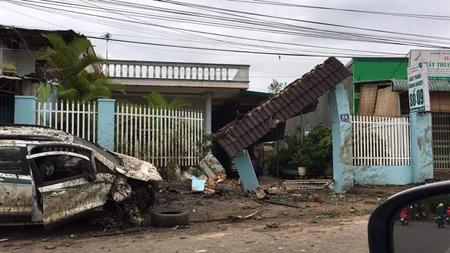 Nhà dân bị tông đổ và hư hỏng (ảnh CTV)