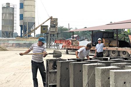 Công nhân Công ty TNHH Đồng Tiến, huyện Yên Bình sản xuất cấu kiện bê tông.