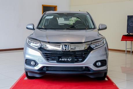 Honda HR-V hiện đã trưng bày tại đại lý ở khu vực Hà Nội. Theo nhân viên kinh doanh của một đại lý, HR-V có 2 phiên bản và đang trưng bày bản tiêu chuẩn, ít trang bị so với bản Prestige.