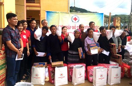 Đoàn công tác của Hội Chữ Thập đỏ tỉnh trao hàng cứu trợ cho người dân xã Lao Chải, huyện Mù Cang Chải, tỉnh Yên Bái.