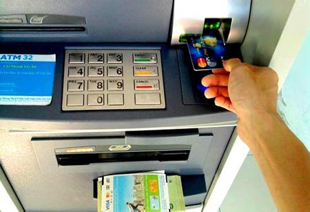 Động thái tăng phí rút tiền nội mạng của 4 ngân hàng lớn lại bị NHNN