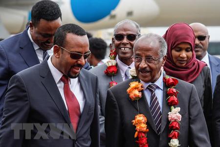 Thủ tướng Ethiopia Abiy Ahmed (trái) tại lễ đón đoàn quan chức Eritrea do Ngoại trưởng Osman Salah (phải) dẫn đầu ở Addis Ababa ngày 26/6.