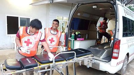 Các nhân viên cứu hộ làm việc với tinh thần thoải mái khi nghe tin các cầu thủ nhí lần lượt được đưa ra khỏi hang sau 2 ngày giải cứu.