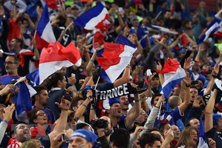 """Niềm vui của các cổ động viên Pháp khi những chú """"Gà trống Gaulois"""" giành chiến thắng trước"""