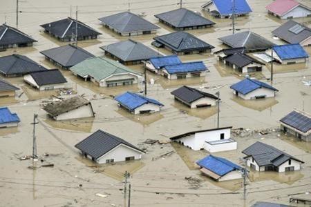 Nhiều ngôi nhà bị ngập trong nước do mưa lớn tại Kurashiki, tỉnh Okayama ngày 7/7.
