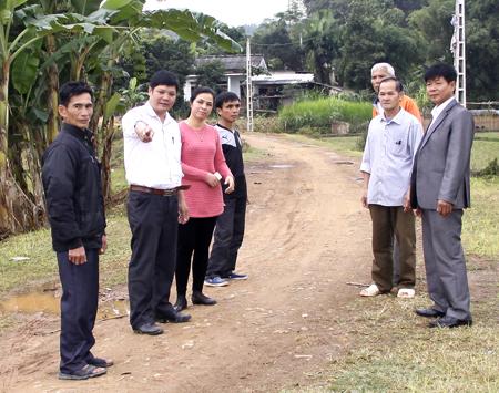 Lãnh đạo xã Vĩnh Kiên trao đổi cùng nhân dân về làm đường giao thông liên thôn.