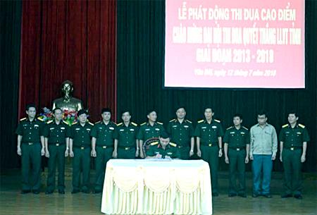 Đại diện các cơ quan, đơn vị và 36 đầu mối tự vệ trực thuộc Bộ CHQS tỉnh ký kết giao ước thi đua thực hiện tốt chỉ tiêu đề ra.