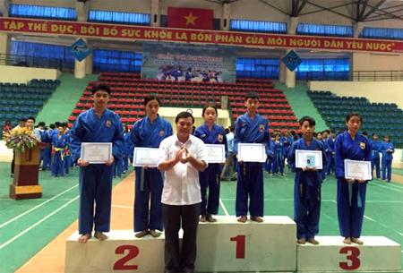 Ban tổ chức Giải võ Vovinam các câu lạc bộ tỉnh Yên Bái trao giải cho các VĐV có thành tích cao.