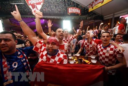 Cổ động viên của đội tuyển Croatia mừng chiến thắng sau trận bán kết World Cup 2018 giữa Croatia và Anh tại quảng trường ở Zagreb ngày 11/7.