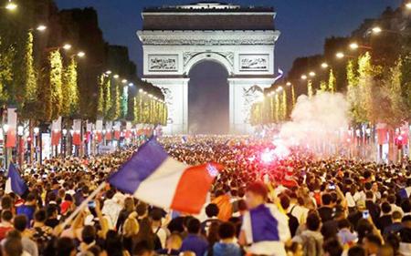 Hàng nghìn người đổ về đại lộ Champs - Elysées ăn mừng chiến thắng đội tuyển Pháp ở bán kết World Cup, đêm 10/7.