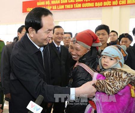 Chủ tịch nước Trần Đại Quang thăm hỏi, tặng quà, chúc Tết bà con các dân tộc xã Bản Khoang, huyện Sa Pa (tháng 1/2017).