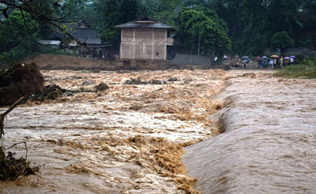 Theo dõi chặt chẽ diễn biến mưa, lũ; thông tin, cảnh báo kịp thời đến chính quyền và người dân để chủ động phòng, tránh.
