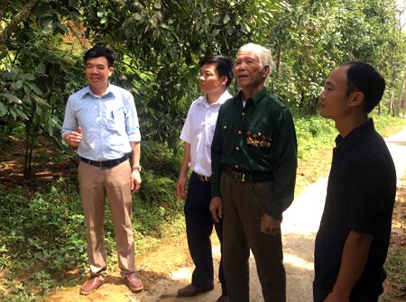 Mô hình phát triển kinh tế của gia đình cựu chiến binh Lương Nam Thành (thứ 2, bên phải) mang lại hiệu quả kinh tế cao.