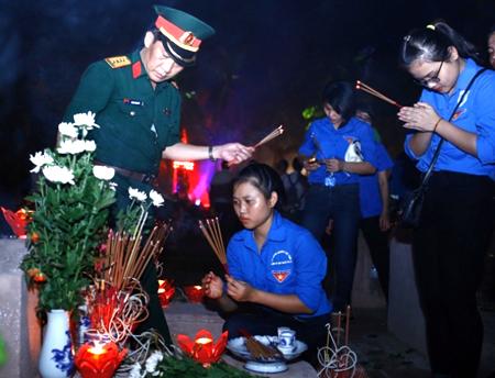 Đoàn viên, thanh niên tham gia thắp nến tri ân tại các nghĩa trang liệt sỹ.
