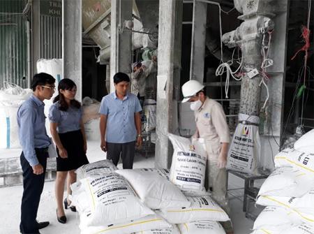 Cán bộ tín dụng BIDV Yên Bái tới thăm nhà máy chế biến bột đá của Công ty cổ phần Xi măng và Khoáng sản Yên Bái.