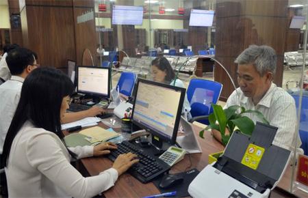 Cán bộ Trung tâm Phục vụ hành chính công tỉnh Yên Bái giải quyết thủ tục hành chính cho các tổ chức và cá nhân.