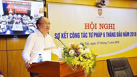 Thứ trưởng Bộ Tư pháp Phan Chí Hiếu báo cáo tại hội nghị.