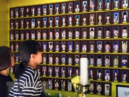 Di ảnh các nạn nhân trong vụ chìm phà Sewol ở Seoul.