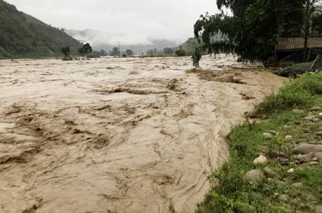 Nước ở các sông, suối đầu nguồn dâng nhanh đã làm nhiều ngôi nhà trên địa xã bị trôi