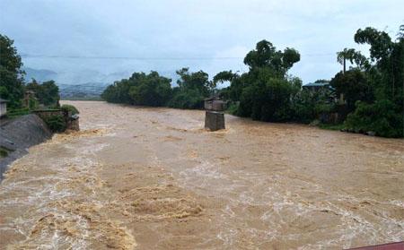 Nước lớn trên cầu suối Nung tại thị xã Nghĩa Lộ