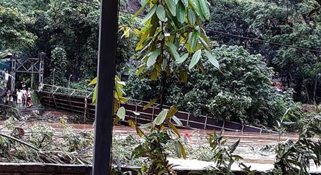 Cầu treo tại thôn Trấn Thanh 1 bắc qua suối Ngòi Lâu, xã Âu Lâu đã bị sập do lũ cuốn.