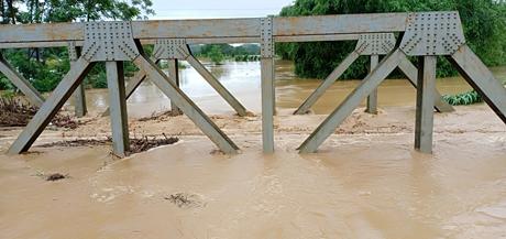 Nước ngập trên mặt ray 70 cm tại vị trí cầu Nga Quán, xã Nga Quán, huyện Trấn Yên.