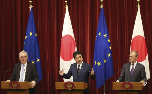 Tokyo và Brussels quyết tâm dẫn đầu xu thế thương mại tự do.