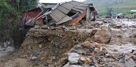 Một ngôi nhà ở Mù Cang Chải bị sập đổ do trận mưa lũ sáng 20/7.