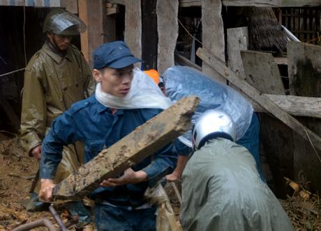 Chủ tịch UBND tỉnh yêu cầu huy động lực lượng hỗ trợ nhân dân sửa chữa nhà cửa, dọn dẹp vệ sinh môi trường ngay sau bão, lũ. Ảnh Đức Toàn