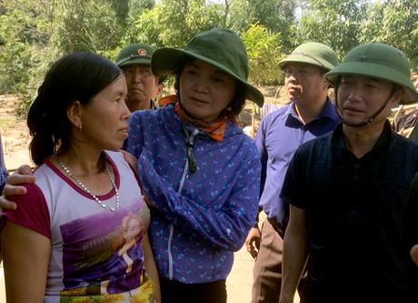 Bí thư Tỉnh ủy Phạm Thị Thanh Trà chia sẻ mất mát và động viên người dân Phong Dụ Thượng.