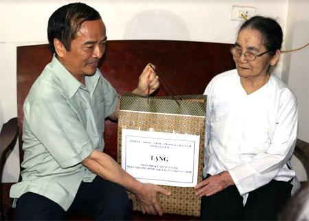 Đồng chí Hoàng Xuân Nguyên tặng quà của Tỉnh ủy, HĐND, UBND, Ủy ban MTTQ tỉnh cho Mẹ Việt Nam anh hùng Phạm Thị Cúc, tổ 5, phường Trung Tâm.