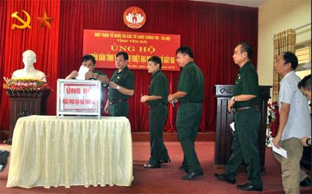 Mặt trận Tổ quốc tỉnh và các tổ chức chính trị - xã hội của tỉnh quyên góp ủng hộ nhân dân trong tỉnh bị thiệt hại do mưa lũ gây ra.