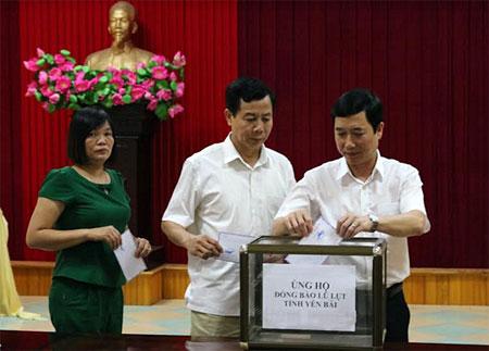 Các đồng chí lãnh đạo Ban Tuyên giáo Tỉnh ủy tham gia ủng hộ nhân dân vùng lũ.