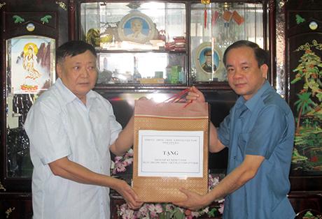 Đồng chí Tạ Văn Long - Phó Chủ tịch Thường trực UBND tỉnh tặng quà gia đình thương binh Phạm Văn Nga ở tổ 2, phường Hợp Minh.