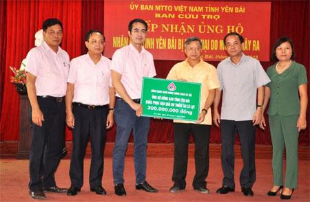 Đồng chí Nguyễn Đức Hải – Phó Tổng Giám đốc Ngân hàng Chính sách Xã hội Việt Nam trao kinh phí hỗ trợ cho tỉnh Yên Bái.