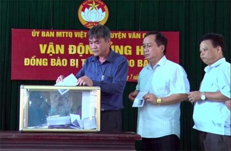 Cán bộ, công chức, viên chức các cơ quan huyện Văn Chấn ủng hộ đồng bào bị thiên tai trên địa bàn.