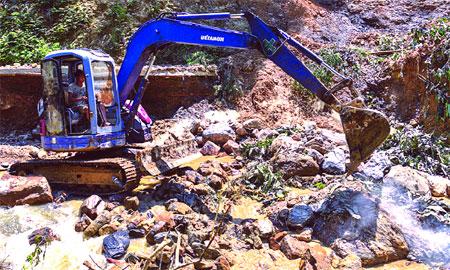 Giao thông trên địa bàn xã Nậm Mười (Văn Chấn) sau mưa lũ vẫn còn rất khó khăn (ảnh Internet).