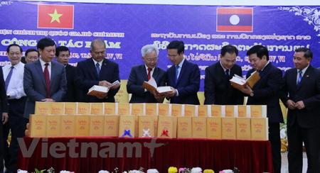 Các quan chức hai nước xem sách tại buổi lễ.
