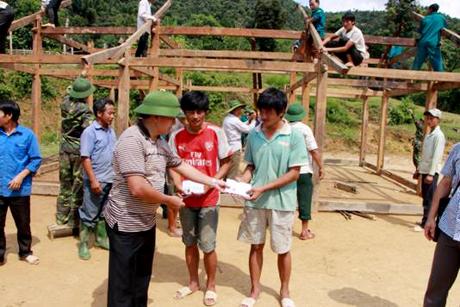 Đồng chí Giàng A Tông – Bí thư Huyện ủy Mù Cang Chải kiểm tra khắc phục hậu quả mưa, lũ tại xã Nậm Có và trao tiền hỗ trợ cho các hộ bị thiệt hại về nhà ở.
