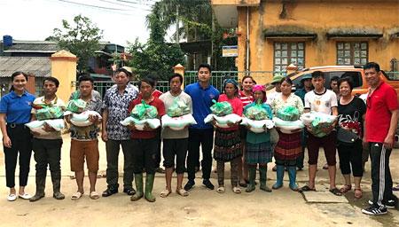 Đại diện Đoàn khối cùng đoàn từ thiện tặng quà hỗ trợ cho người dân vùng lũ.