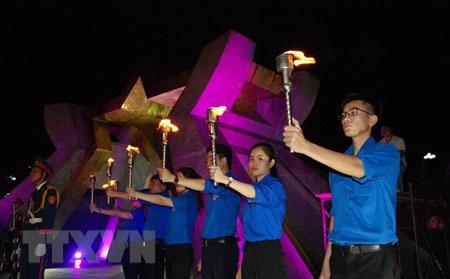 Các đoàn viên, thanh niên thực hiện nghi lễ rước đuốc ở Nghĩa trang Liệt sỹ Quốc gia Đường 9.