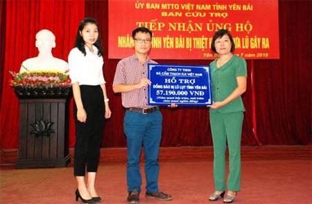 Đại diện Công ty TNHH Đá cẩm thạch R.K Quốc tế và Công ty TNHH Đá cẩm thạch R.K Việt Nam trao hỗ trợ cho tỉnh Yên Bái.
