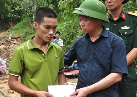 Chủ tịch UBND tỉnh Đỗ Đức Duy  thăm hỏi, trao hỗ trợ cho người dân bị thiệt hại, mất mát. Ảnh Đức Toàn