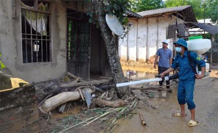Cán bộ y tế phun khử trùng tiêu độc vệ sinh môi trườngtại thôn Bản Tủ, xã Sơn Lương, huyện Văn Chấn.