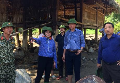 Đồng chí Bí thư Tỉnh ủy kiểm tra và chỉ đạo tại hiện trường thôn 8 và thôn 9, xã Phong Dụ Thượng.