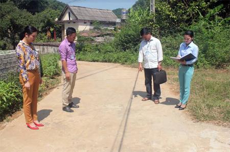 Cán bộ xã Đại Đồng kiểm tra hệ thống đường giao thông nông thôn.